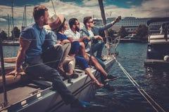 Glückliche Freunde, die selfie auf einer Yacht nehmen Lizenzfreies Stockfoto