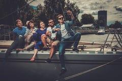 Glückliche Freunde, die selfie auf einer Yacht nehmen Lizenzfreie Stockfotos