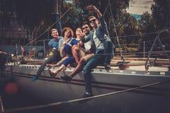 Glückliche Freunde, die selfie auf einer Yacht nehmen Stockfoto