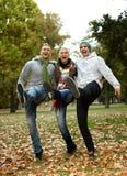 Glückliche Freunde, die Spaß beim Parklachen haben Stockfotografie