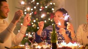 Glückliche Freunde, die Weihnachtszu Hause zu Abend essen stock video
