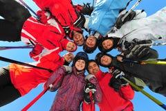Glückliche Freunde, die Wintersport üben Stockbilder