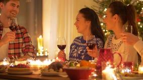 Glückliche Freunde, die zu Hause Weihnachten feiern stock footage