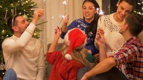 Glückliche Freunde, die zu Hause Weihnachtspartei feiern stock video