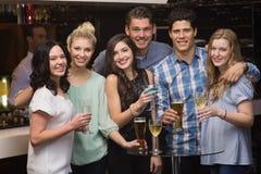Glückliche Freunde, die zusammen etwas trinken Lizenzfreie Stockbilder