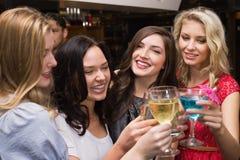 Glückliche Freunde, die zusammen etwas trinken Stockfotos