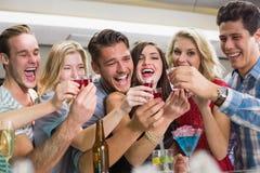 Glückliche Freunde, die zusammen etwas trinken Lizenzfreies Stockfoto