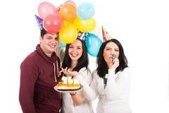 Glückliche Freunde feiern Frauengeburtstag lizenzfreie stockfotos