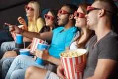 Glückliche Freunde am Kino stockfoto
