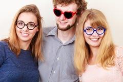 Glückliche Freunde Mann und Frauen in den Gläsern Lizenzfreie Stockfotos