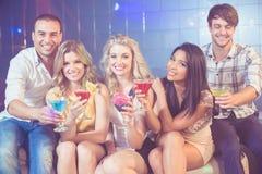 Glückliche Freunde mit Cocktails Stockbild