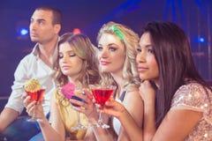 Glückliche Freunde mit Cocktails Stockfoto