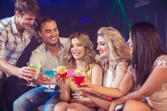 Glückliche Freunde mit Cocktails Lizenzfreie Stockfotos