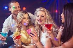 Glückliche Freunde mit Cocktails Lizenzfreie Stockbilder