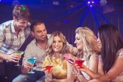 Glückliche Freunde mit Cocktails Stockfotos