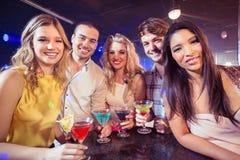 Glückliche Freunde mit Cocktails Lizenzfreies Stockfoto