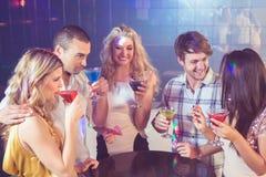 Glückliche Freunde mit Cocktails Stockbilder