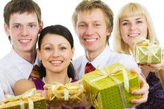 Glückliche Freunde mit Geschenken Stockfotos