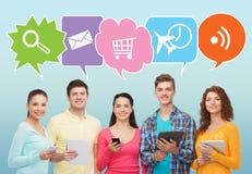 Glückliche Freunde mit Smartphones und Tabletten-PC Lizenzfreies Stockfoto