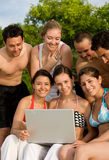 Glückliche Freunde am Strand Stockfotos