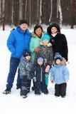 Glückliche Freunde u. x28; zwei Familien - sieben people& x29; Haltung am Wintertag Lizenzfreies Stockfoto