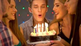 Glückliche Freundgeburtstagsfeier mit Kerzenfeierkuchen stock video