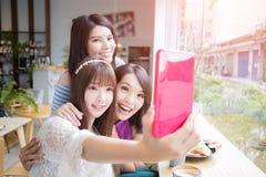 Glückliche Freundinnen im Restaurant Lizenzfreie Stockfotografie
