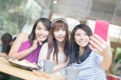 Glückliche Freundinnen im Restaurant Lizenzfreie Stockfotos