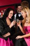 Glückliche Freundinnen mit Getränken Party genießend Lizenzfreies Stockfoto