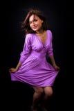 Glückliche frische Frau mit elegantem violettem Kleid Stockfotos