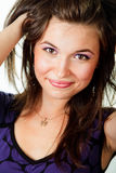 Glückliche frische junge Frau mit dem gesunden Haar Lizenzfreies Stockfoto