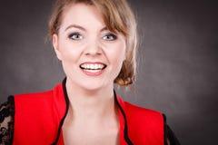 Glückliche frohe elegante Frau im Rot Lizenzfreie Stockfotografie