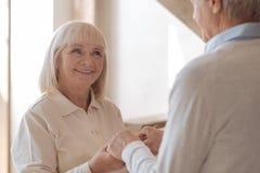 Glückliche frohe Frau, die ihren Ehemann betrachtet lizenzfreie stockfotos