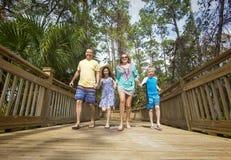 Glückliche frohe junge Familie, die Spaß zusammen im Urlaub hat stockfotos