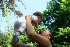 Glückliche frohe junge Familie - Mutter und kleiner Sohn, die Spaß heraus haben Lizenzfreie Stockfotografie