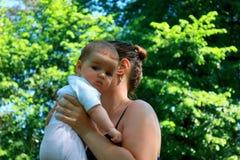 Glückliche frohe junge Familie, Mutter und kleiner Sohn, die Spaß outd haben Stockbilder