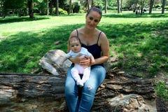 Glückliche frohe junge Familie, Mutter und kleiner Sohn, die Spaß outd haben Stockfotografie