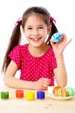 Glückliche gemaltes Osterei des Mädchens Vertretung Stockbilder