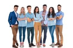 Glückliche gemischte Gruppe von sieben tragender zufälliger Kleidung Lizenzfreies Stockbild