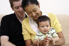Glückliche gemischtrassige Familie mit Schätzchen Stockfotos