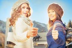 Glückliche gemischtrassige Frauen, die zum Eislauf im Freien gehen Stockfotografie