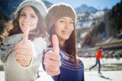 Glückliche gemischtrassige Frauen, die zum Eislauf im Freien gehen Stockbilder
