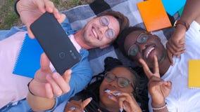 Glückliche gemischtrassige Freundgruppe, die selfie mit intelligentem Mobiltelefon - junge Hippie-Leute an gewöhnt durch Smartpho stock footage