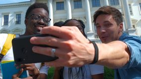 Glückliche gemischtrassige Freundgruppe, die selfie mit intelligentem Mobiltelefon - junge Hippie-Leute an gewöhnt durch Smartpho stock video