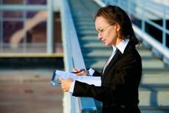 Glückliche Geschäftsfrau. lizenzfreie stockfotos