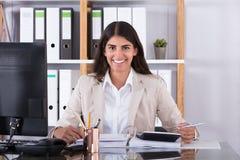 Glückliche Geschäftsfrau Calculating Financial Data stockbild