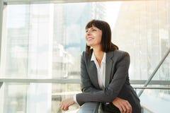 Glückliche Geschäftsfrau, die überzeugt schaut stockbilder