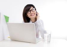Glückliche Geschäftsfrau, die auf dem Mobiltelefon spricht Stockfotos
