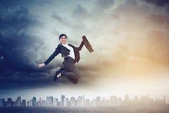 Glückliche Geschäftsfrau, die auf die Straße springt lizenzfreies stockfoto