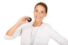 Glückliche Geschäftsfrau, die Billardkugel acht hält Stockbild